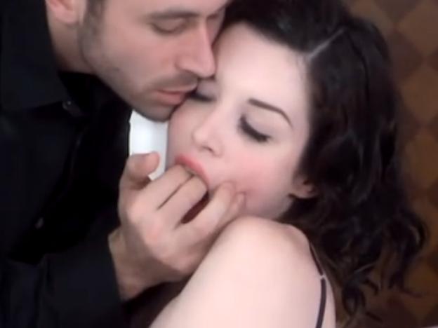 мужику женщина член пальчиками двумя дрочит в маске